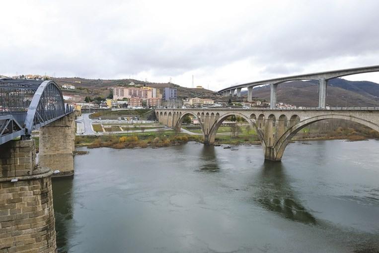 Pontes sobre o Rio Douro são um dos marcos da cidade de Peso da Régua