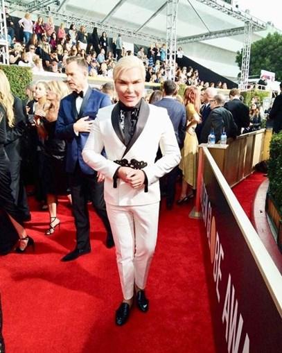 Rodrigo Alves, o 'Ken Humano', foi de branco aos Globos de Ouro