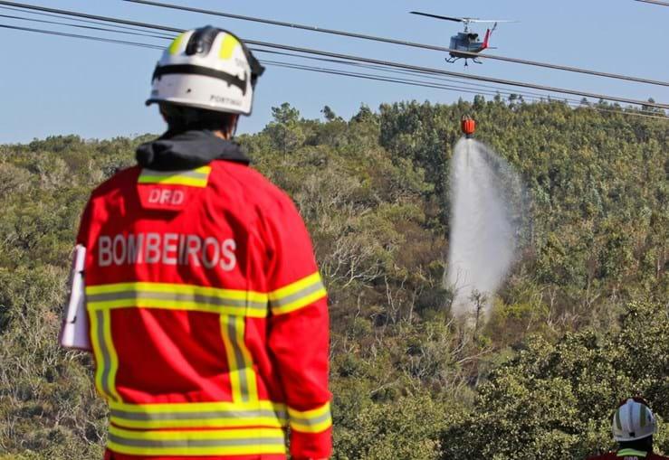 Helicóptero de combate a fogos em ação