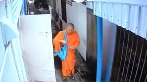 Monge é banido de templo por roubar cuecas
