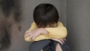Mãe e avó entregam criança a pedófilo condenado para sofrer abusos sexuais