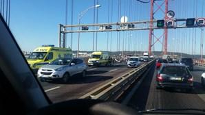 Acidente na Ponte 25 de Abril provoca feridos e congestiona trânsito