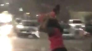 Mulher usa filha como guarda-chuva durante tempestade