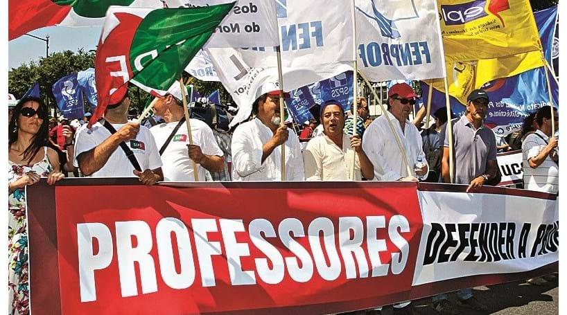 Resultado de imagem para Professores admitem greve a exames, aulas e lançamento de notas