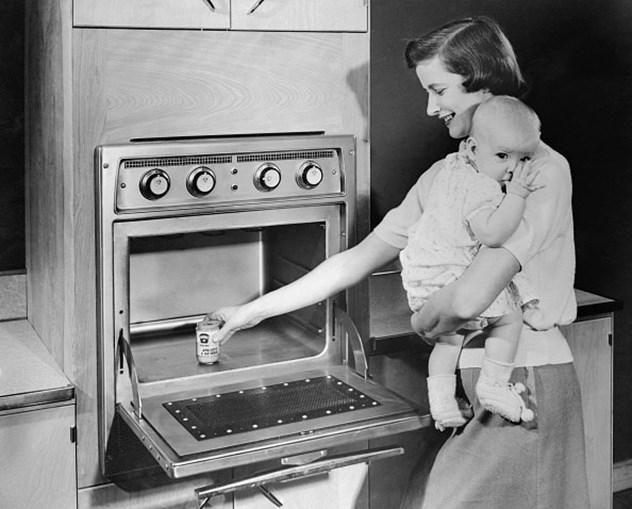 O primeiro forno Micro-Ondas comercial foi o Tappan RL-1, de 1955. Ao preço atualizado de 2018 custava 9.652€
