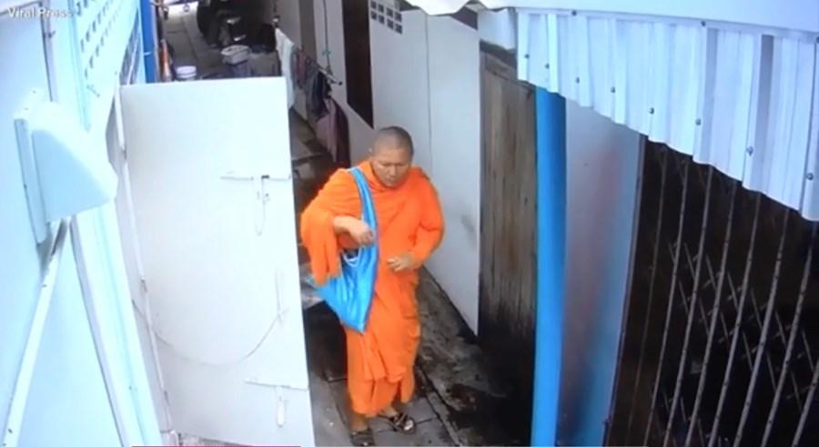 Monge budista no momento do roubo