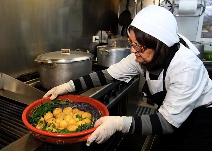Rosa Maria Simões, cozinheira do Ponte Velha, Monção, prepara uma lampreia