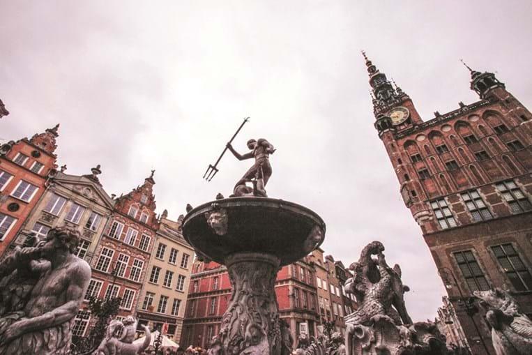 Na elegante avenida Dugla ergue-se a estátua de Neptuno, símbolo de Gdansk