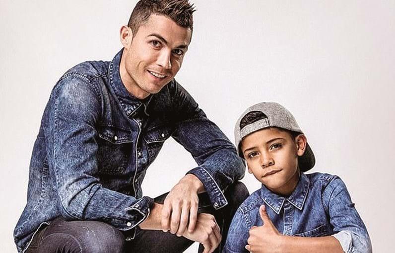 Cristiano Ronaldo divulgou novas fotografias da sessão fotográfica que protagonizou ao lado do filho mais velho para a linha de roupa infantil da marca CR7