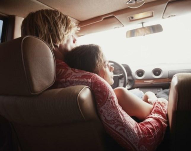 Casal dentro de carro