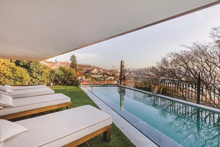 A piscina exterior revela-se um dos pontos de atração do hotel. É quase um espelho do Rio Douro