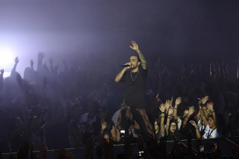 O cantor Diogo Piçarra em concerto