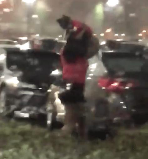 A mulher foi filmada a usar a filha para se proteger da chuva