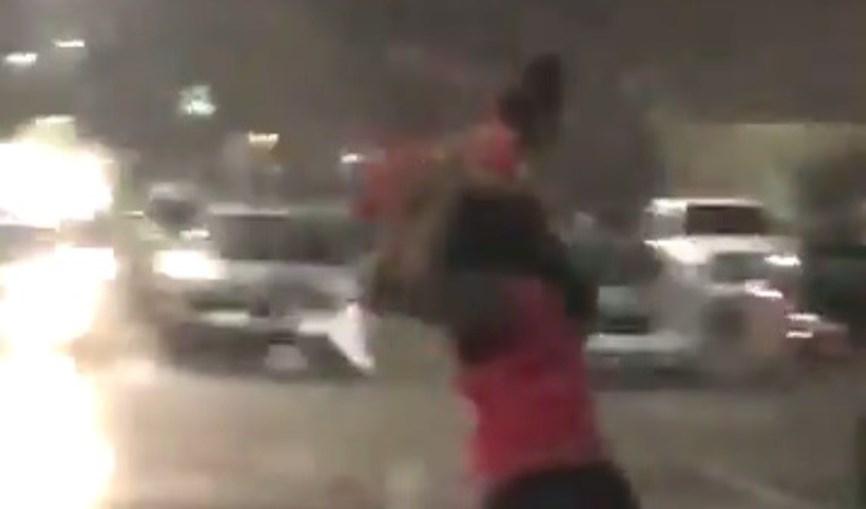Mulher usa filha para se proteger de chuva torrencial