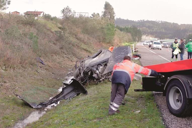Carro que transportava a família capotou e deixou destroços ao longo de 100 metros da via. Pai e mãe morreram e os filhos ficaram feridos