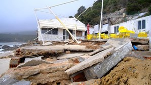 Agitação marítima em Setúbal destrói bares e restaurantes