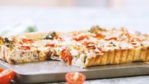 Sem tempo para a cozinha? Aprenda a fazer esta tarte de brócolos com queijo