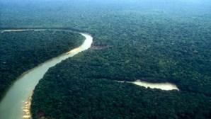 Barco com 97 pessoas naufraga em rio da Amazónia. Há cinco desaparecidos