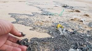 Resíduos oleosos dão à costa em praias da Costa da Caparica