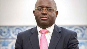 Ex-governador do banco central de Angola interrogado sobre transferência de 400 milhões