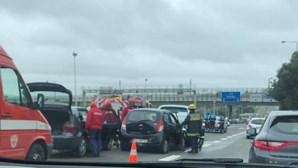 Acidente com quatro carros faz pelo menos dois feridos na Ponte 25 de Abril
