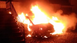 Incêndio destrói carros na Póvoa de Varzim