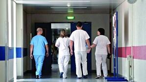 """Enfermeiros temem """"período caótico"""" nos hospitais com redução para 35 horas"""