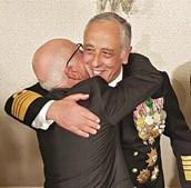 Almirante abraça o seu pai, Manuel Ribeiro, 88 anos, na posse em Belém