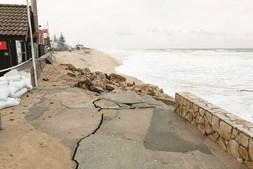 Escadaria destruída na praia de Faro