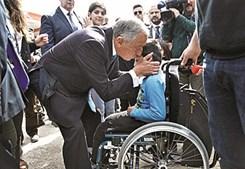 Chefe de Estado parou para cumprimentar uma criança numa cadeira de rodas e emocionou-se com os relatos dos refugiados