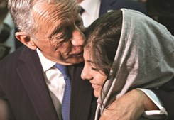 Marcelo carinhoso com jovem refugiada