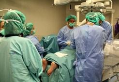 Cirurgia demora menos de uma hora e é feita com anestesia local. Na maior parte dos casos não implica internamento