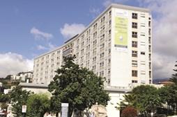 Vítima foi transportada para o Hospital Nélio Mendonça, onde está internada