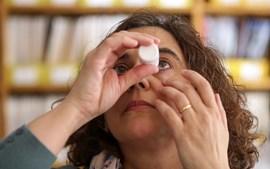 As gotas são um dos métodos de tratamento para a secura dos olhos e podem ser colocadas várias vezes ao dia