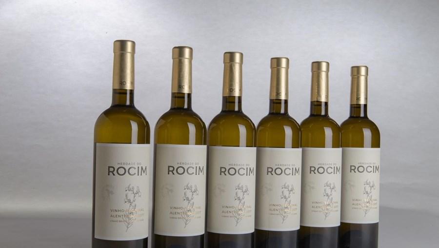 O vinho de 2017 é feito com as castas Antão Vaz, Arinto e Viosinho. Custará cerca de 11 euros