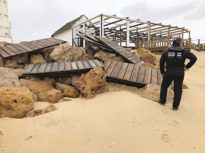Ondas destruíram estruturas na costa
