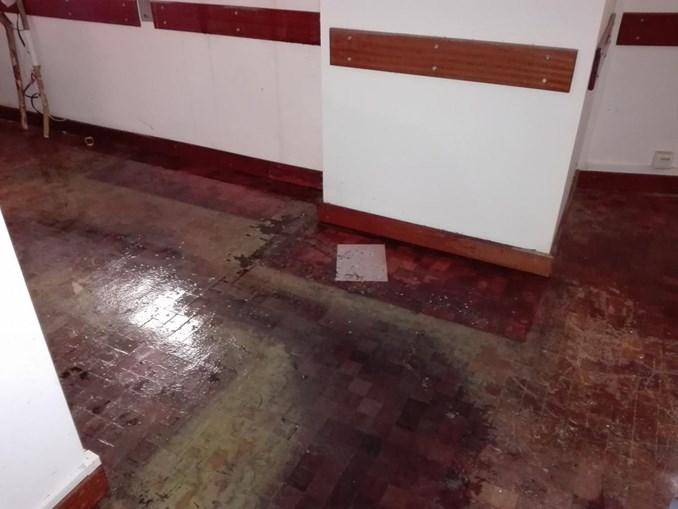 Inundação deixou tacos de madeira do chão de várias salas levantados e tectos falsos em queda iminente