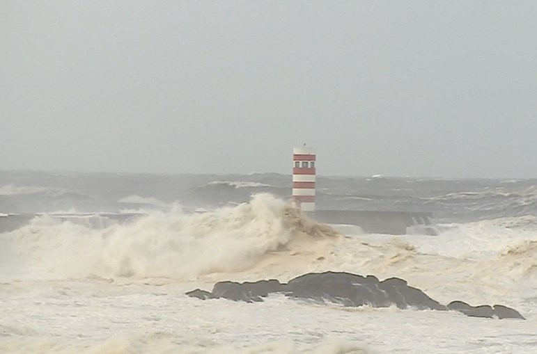 Ondas, mar agitado, Foz do Douro