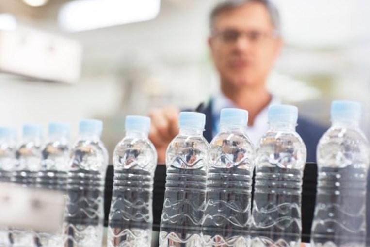 Estudo revela riscos de água engarrafada em plástico