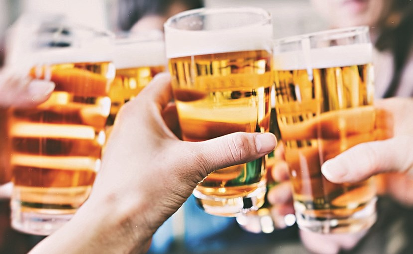 A cerveja é feita habitualmente a partir de  malte derivado da cevada e, por isso, está entre os produtos que contêm glúten