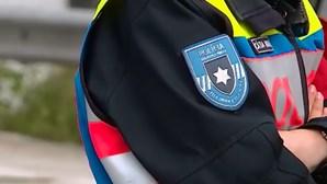 Condutor despista-se em Braga, abandona Mercedes na estrada e foge a pé
