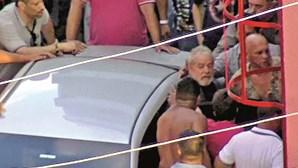 Lula entrega-se após horas de incerteza