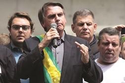 Na ausência de Lula, Jair Bolsonaro lidera sondagens com 17%