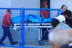 Corpos de pai e mãe mortos pelo filho são retirados de casa no Barreiro