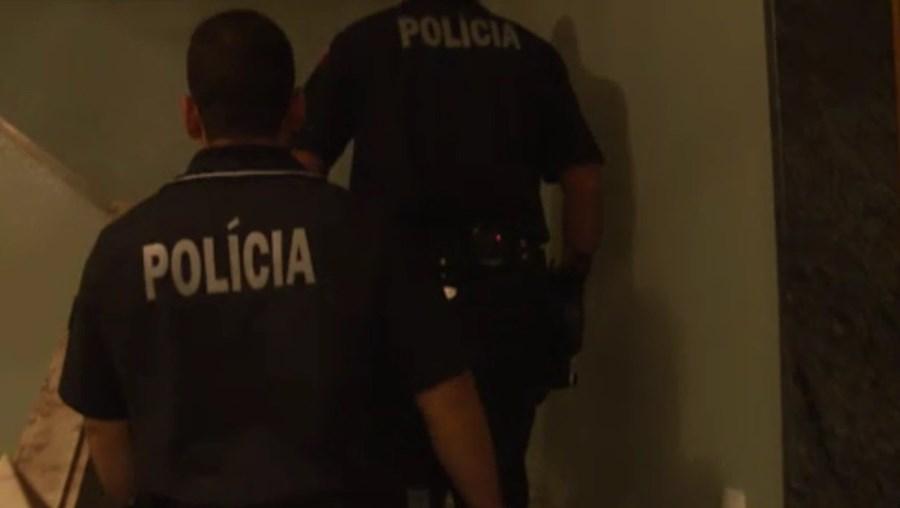 Agentes da PSP detiveram o suspeito em flagrante delito