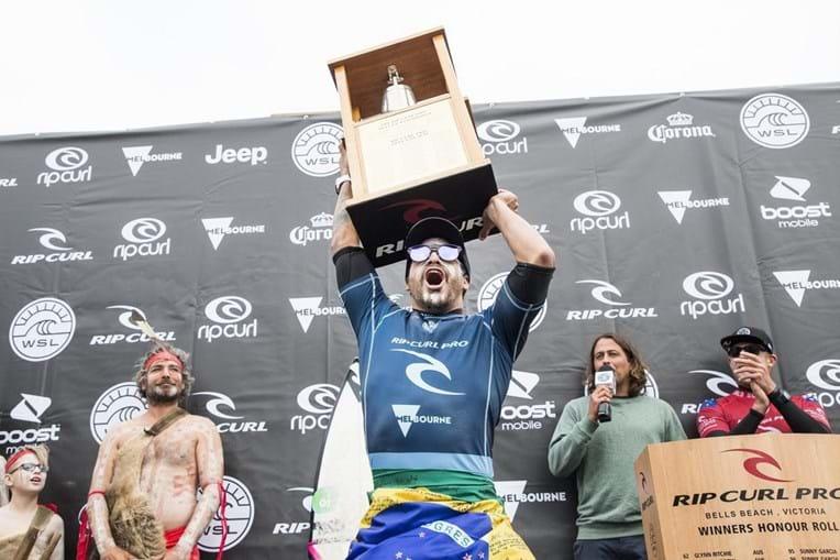 Italo Ferreira bateu Mick Fanning na final de Bell's Beach