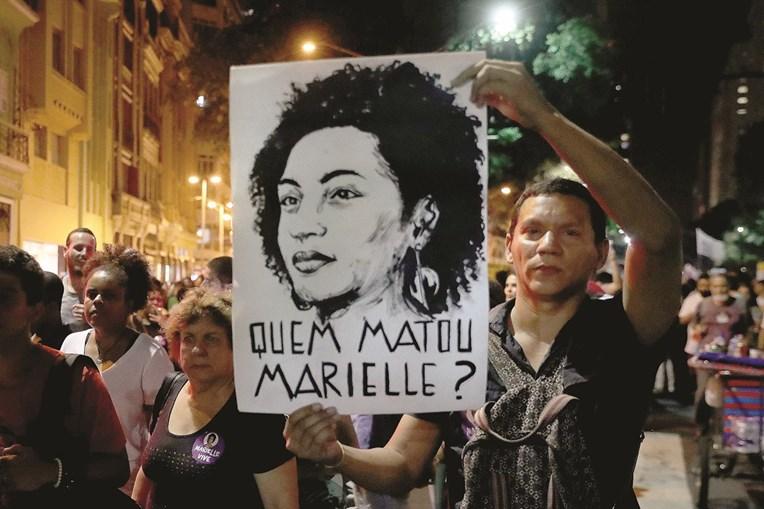 Brasileiros exigem que se faça justiça pelo assassinato da vereadora e ativista Marielle Franco, morta a tiro por homens armados no Rio de Janeiro