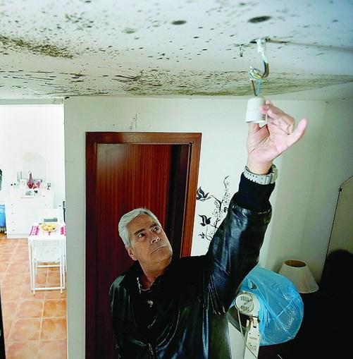 Jorge Lala, de 60 anos, denuncia a falta de condições dos apartamentos