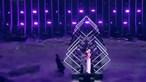 Homem entra em palco e 'rouba' microfone a concorrente do Reino Unido