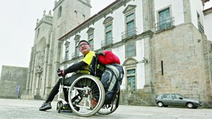 Peregrino em cadeira de rodas desafia Caminhos de Santiago